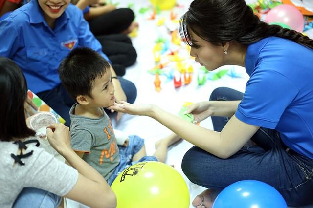 Hoa hậu biển Thùy Trang ân cần hỏi thăm các bệnh nhân nhí đang điều trị tại bệnh viện