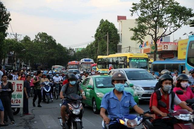 Bến xe Miền Đông hiện hữu nằm trong nội đô là nguyên nhân gây ùn tắc giao thông kéo dài từ cầu Bình Triệu vào đường Đinh Bộ Lĩnh