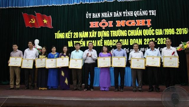 Ông Mai Thức, Phó Chủ tịch thường trực UBND tỉnh tặng Bằng khen cho các đơn vị