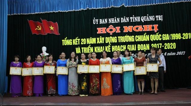 Bà Lê Thị Hương, Giám đốc Sở GD-ĐT tặng Giấy khen cho các đơn vị, cá nhân có thành tích trong xây dựng trường chuẩn Quốc gia