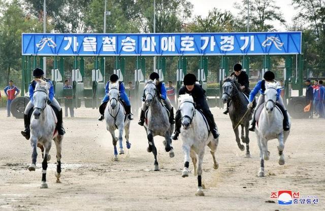Các vận động viên tham gia đua ngựa tại câu lạc bộ cưỡi ngựa Mirim (Ảnh: KCNA)