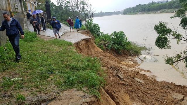 Đoạn đường trước trường Tiểu học Hương Thọ 1 đã không thể lưu thông qua lại vì sạt lở nghiêm trọng