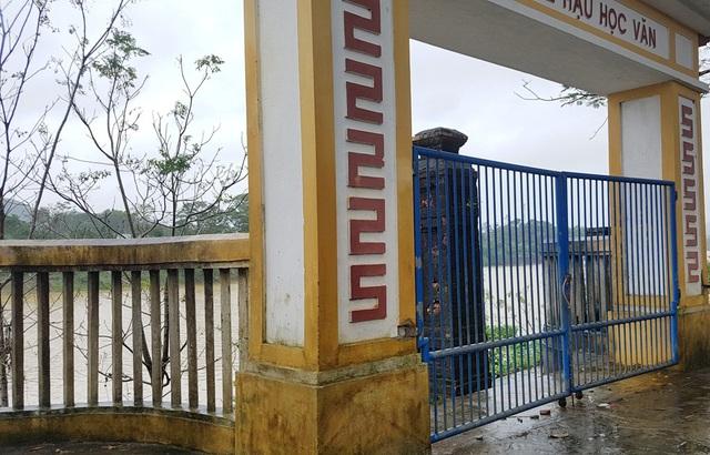 Cổng chính phải đóng cửa