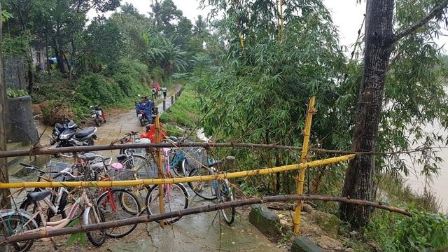Rào chắn trước đường dẫn vào cổng trường
