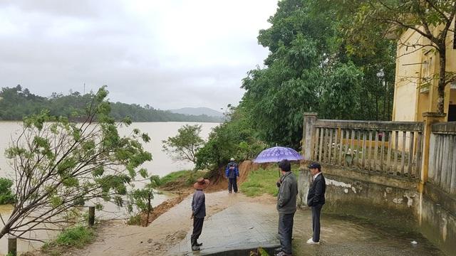 Ngôi trường nằm sát sông cực kỳ nguy hiểm bởi trận sạt lở đất