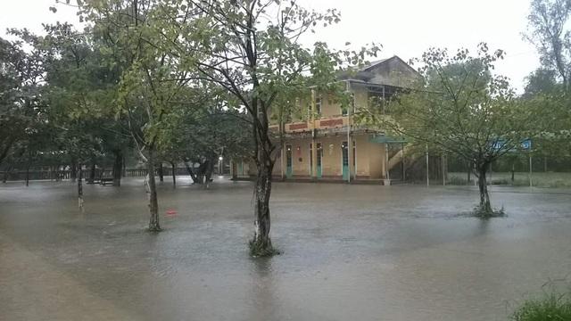 Trường Tiểu học số 1 Thủy Phù (xã Thủy Phù, Thị xã Hương Thủy) vẫn chưa tiến hành dạy và học lại trong ngày 24/11 sau gần 1 tuần nghỉ học do lũ (ảnh: Phan Hữu Tùng)