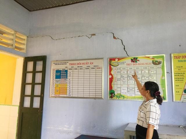 Trước tình trạng này, 2 phòng học đã bị đóng cửa, nhiều cháu phải chuyển đi học ở cơ sở trường thôn khác (ảnh: L.Đức)