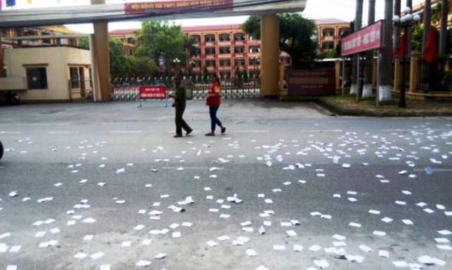 Hình ảnh phao thi rải trước cổng trường THPT Nguyễn Trãi không phải do học sinh mà là do nam thanh niên lạ mặt làm