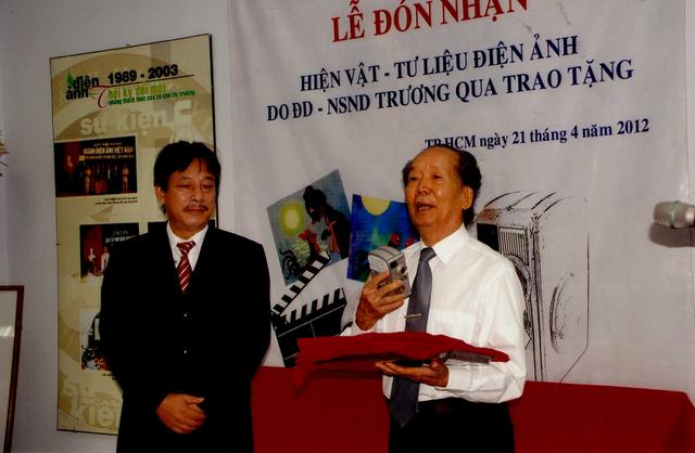 Ảnh NSND Trương Qua tặng hiện vật, trong đó có máy quay từng quay phim hoạt hình Đáng đời thằng Cáo. Ảnh: TL.