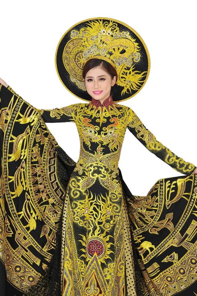 Bộ áo dài dân tộc có chủ đề Trống đồng Thăng Long được Thuỳ Dương mang đến Hoa hậu Bản sắc toàn cầu 2017.