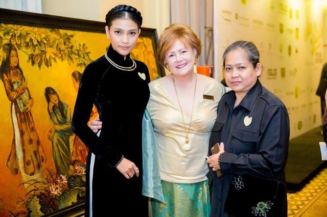 Trương Thị May chọn áo dài nhung đen sang trọng và xuất hiện cùng mẹ tại chương trình