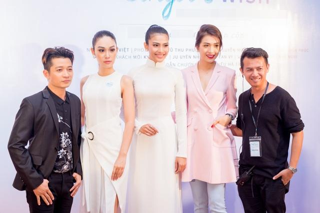 Trương Thị May tạo dáng với Á hậu Hoàn vũ Lệ Hằng (thứ 2 từ phải sang) và NTK Thuận Việt (ngoài cùng bên trái) - người từng thiết kế bộ quốc phục của Trương Thị May dự thi Hoa hậu Hoàn vũ Thế giới 2013.