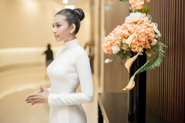 Cô chọn áo dài trắng tinh khôi xuất hiện trên thảm đỏ. Người đẹp trung thành với kiểu tóc búi cao, quý phái.
