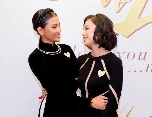 Á hậu Trương Thị May cũng đến ủng hộ Ngô Thanh Vân, hai người đẹp ôm nhau tình cảm trên thảm đỏ.