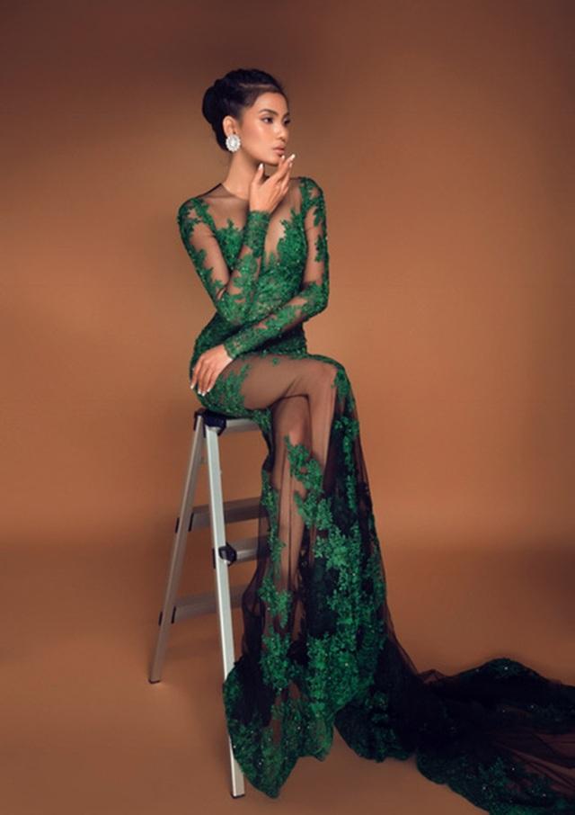Trương Thị May quyến rũ trong trang phục xuyên thấu khá gợi cảm