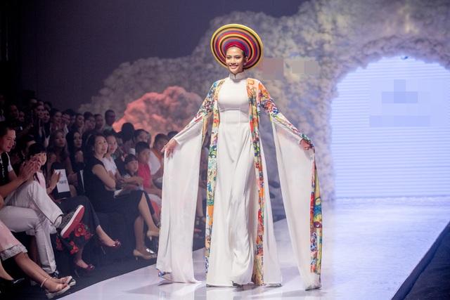 Vốn là siêu mẫu với hơn chục năm kinh nghiệm trên sàn diễn, Á hậu Trương Thị May vẫn giữ được thần thái kiêu sa và phong cách catwalk đẹp mắt. Cô sải bước tự tin khoe nụ cười hiền lành của mình.