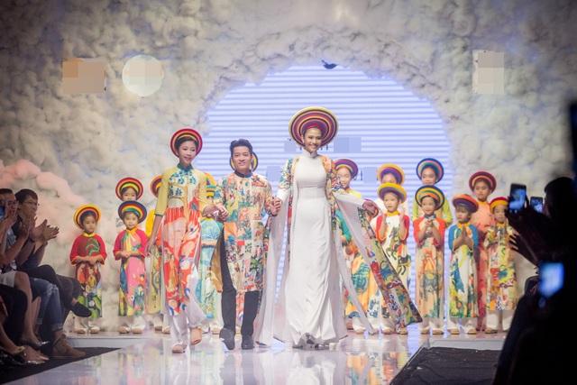 Trong chương trình thời trang từ thiện nhân ngày Quốc tế Thiếu nhi, Trương Thị May cùng dàn chân dài và các mẫu nhí đã trình diễn những mẫu thiết kế ấn tượng lấy cảm hứng từ trẻ em và đồng thời Trương Thị May mặc bộ áo dài dành cho vedette với những họa tiết vui nhộn.