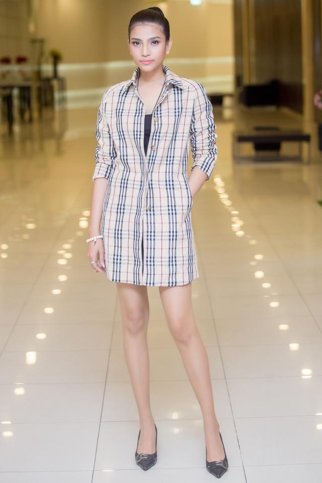 Cô diện trang phục giản dị, trẻ trung. Người đẹp sở hữu đôi chân dài đáng mơ ước.
