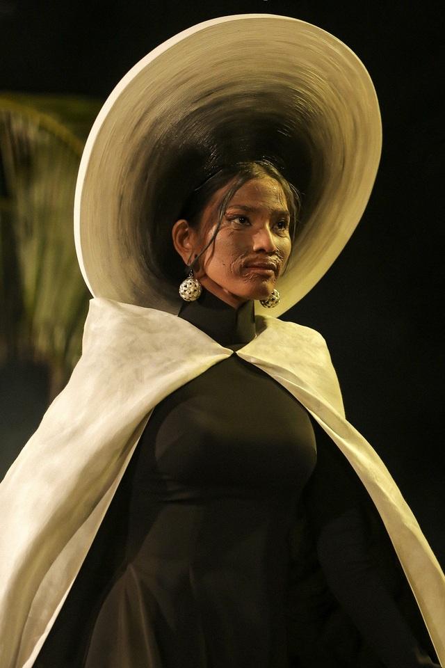 Trương Thị May là người mở màn toàn bộ show diễn khi cô mặc bộ áo dài lấy cảm hứng từ hình ảnh cụ Hai Xong.