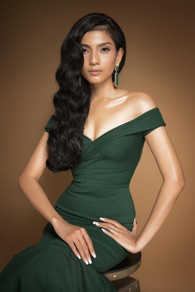 Trong bộ ảnh mới vừa thực hiện, Trương Thị May gây bất ngờ khi diện những bộ trang phục dạ hội lộng lẫy, khác biệt với hình ảnh những tà áo dài quen thuộc người đẹp vẫn tỏa sáng và gây chú ý.