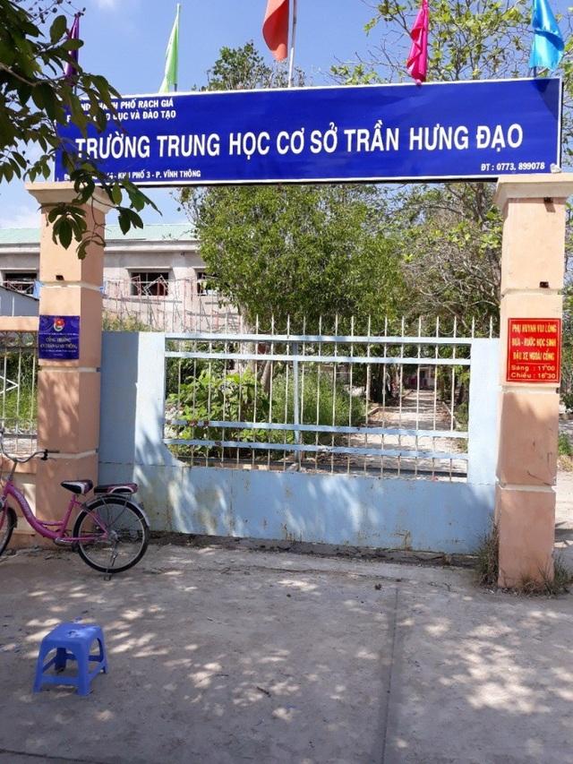 Sự việc hai nữ sinh lớp 9 đánh 3 nữ sinh lớp 7 xảy ra vào giờ ra chơi tại nhà vệ sinh dành cho giáo viên trường THCS Trần Hưng Đạo (TP Rạch Giá, tỉnh Kiên Giang).