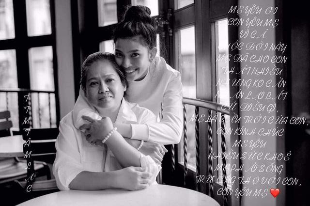 """Trương Thị May luôn gắn bó với mẹ trong cuộc sống và công việc. Cô dành cho mẹ một cái ôm ấm áp và nhiều ý nghĩa. Cô cũng dành lời chúc đến tất cả các người mẹ trong Ngày của Mẹ """"May thương chúc tất cả các bà mẹ trên toàn thế giới nhân dịp ngày của mẹ nhiều sức khỏe và nhất là thân tâm luôn an lạc"""""""