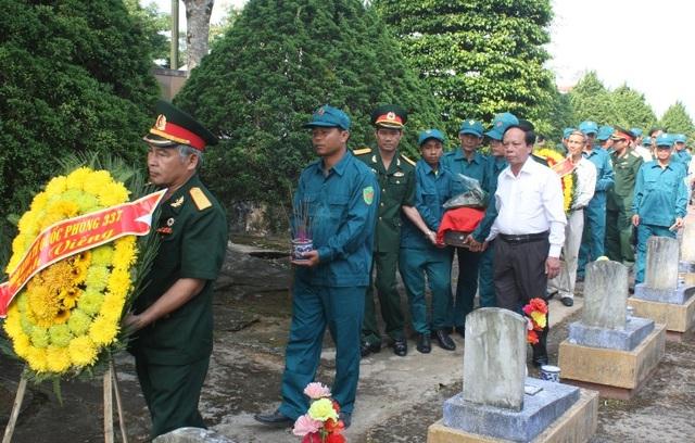 Lực lượng chức năng đưa hài cốt các liệt sĩ đến khu vực an táng