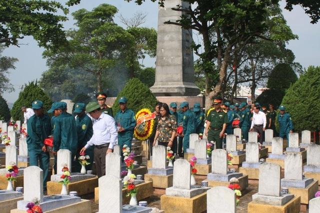 Hài cốt các liệt sĩ được an táng tại Nghĩa trang liệt sĩ huyện Hướng Hóa (Ảnh: H. Hùng)