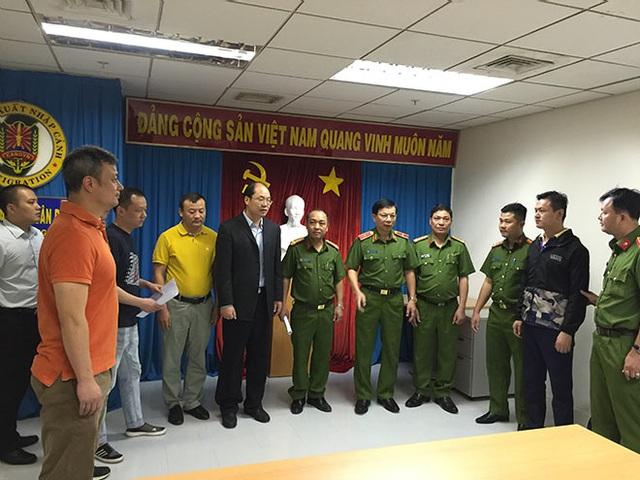 Công an Việt Nam bàn giao đối tượng Lục Bình (áo đen thứ 2 từ phải qua trái), bị Công an quận Bảo Sơn, TP Thượng Hải, Trung Quốc ra lệnh tạm giam với tội danh huy động trái phép tiền gửi của người dân, sau khi gây án đã bỏ trốn sang Việt Nam
