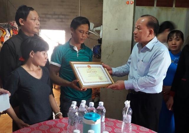 Ông Hà Hữu Phúc, Giám đốc Cơ quan đại diện Bộ GD-ĐT trao cho gia đình em Đông bằng khen truy tặng của Bộ trưởng Phùng Xuân Nhạ