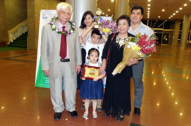 Gia đình đến chia vui cùng Tiến sĩ Nguyễn Ngọc Sinh. (Ảnh: Tiến Nguyên)