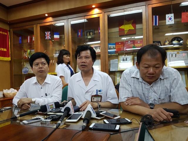 TS Nguyễn Hữu Dũng (ngồi giữa) trưởng khoa Thận nhân tạo (BV Bạch Mai). Ảnh: H.Hải