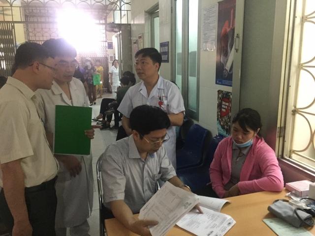 Phó Cục trưởng Cục Khám chữa bệnh kiểm tra công tác khám chữa bệnh nhân SXH tại BV Bệnh nhiệt đới Trung ương. Ảnh: L.H