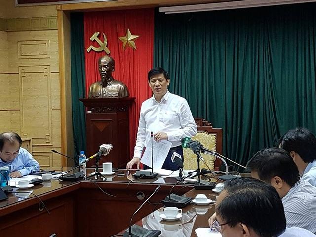 GS.TS Nguyễn Thanh Long chỉ đạo Hà Nội phải coi mỗi quận, huyện là một ổ dịch để phun hóa chất cuốn chiếu, giám sát hoạt động diệt bọ gậy. Ảnh: H.Hải