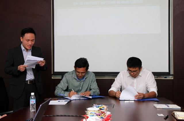 Đại diện TTU và Cosmo VN trong lễ ký biên bản ghi nhớ về việc hợp tác.