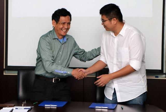 Thầy Huỳnh Hổ - Phó Hiệu trưởng TTU (bên trái) và ông Orion Liu - Giám đốc nhà máy Cosmo VN ( bên phải) bắt tay ký kết hợp tác.