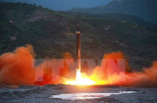 Tên lửa đạn đạo đất đối đất tầm trung Hwasong-12 được Triều Tiên phóng thử ngày 14/5. (Nguồn: YONHAP/TTXVN)