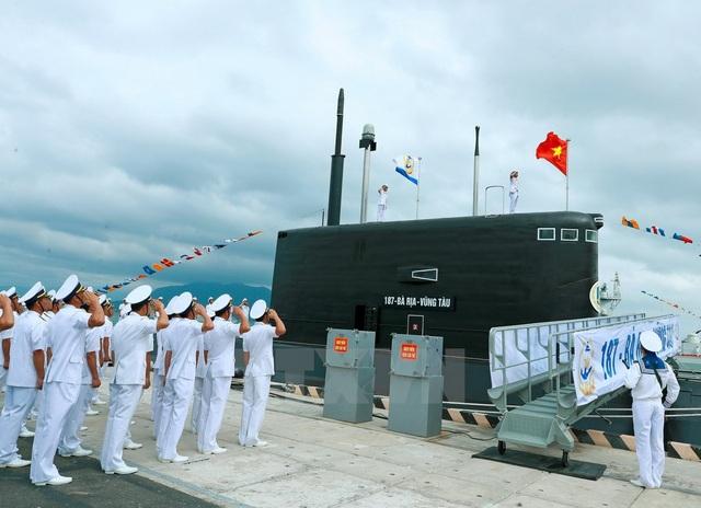 Sáng 28/2/2017, tại Quân cảng Lữ đoàn Tàu ngầm 189 Hải Quân (Bộ Tư lệnh Hải quân), Thủ tướng Nguyễn Xuân Phúc dự Lễ Thượng cờ tàu 186 – Đà Nẵng và tàu 187 - Bà Rịa Vũng Tàu - Ảnh: TTXVN