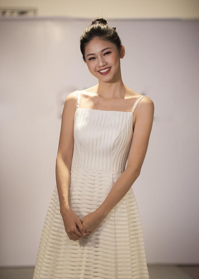 Á hậu Ngô Thanh Thanh Tú khoe dáng chuẩn trong bộ váy trắng thướt tha. Cô cũng tham gia trình diễn trong bộ sưu tập mới lần này của Vũ Thu Phương.