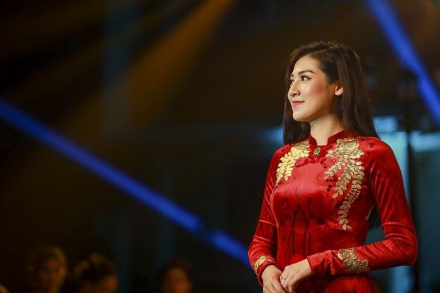 Bộ áo dài dát vàng Á hậu Tú Anh diện hoàn hảo đến từng chi tiết.