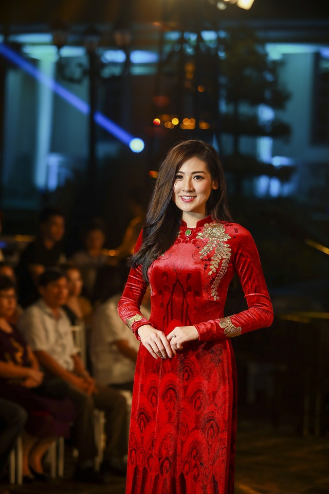 Á hậu Dương Tú Anh đẹp xuất thần trong thiết kế áo dài dát vàng Đỗ Trịnh Hoài Nam, một sản phẩm đấu giá của đêm từ thiện trị giá 15 ngàn USD.