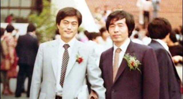 Năm 1980, ông Moon vượt qua kỳ thi luật và hoàn tất chương trình học tại Viện Nghiên cứu và Đào tạo Tư pháp hai năm sau đó. Tuy nhiên, sau đó ông không thể trở thành thẩm phán như mong muốn vì ông từng bị bắt vì chống chính quyền trong quá khứ. Trong khoảng thời gian này ông gặp người bạn Roh Moo-hyun, người sau này trở thành tổng thống Hàn Quốc và Park Won-soon, thị trưởng Seoul hiện nay. Ông Moon và ông Roh đã cùng hợp tác làm việc để giúp đỡ về pháp lý những người không đủ tiền thuê luật sư và cả những người làm việc trong các nhà máy bị bóc lột sức lao động. Trong ảnh: Ông Moon Jae-in (trái) và người bạn Park Won-soon hoàn thành khóa học tại Viện Nghiên cứu và Đào tạo Tư pháp năm 1982. (Ảnh: Korea Times)