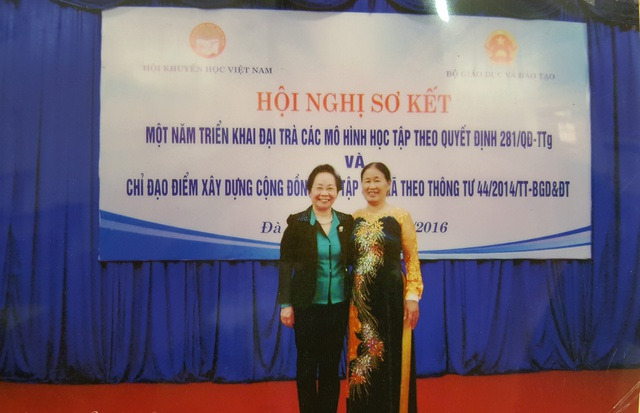 Bà Lê Thị Ký - Hội trưởng Hội khuyến học thôn Phú Mẫn chụp ảnh kỷ niệm cùng GS.TSKH Nguyễn Thị Doan - Chủ tịch Hội Khuyến học Việt Nam tại hội nghị sơ kết một năm triển khai đại trà các mô hình học tập trên cả nước năm 2016.
