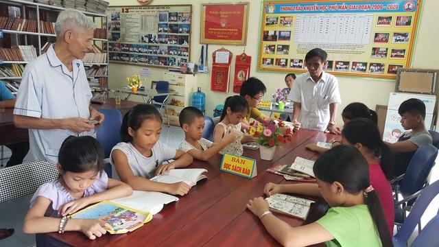 Tủ sách khuyến học thôn Phú Mẫn thu hút rất đông các em nhỏ trong và ngoài thôn tới đọc sách (Ảnh: Thế Kha).