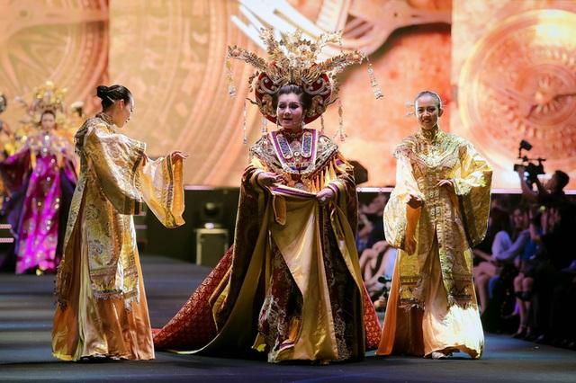 Trang phục truyền thống mang đậm bản sắc dân tộc là dấu ấn của đêm diễn đầu tiên