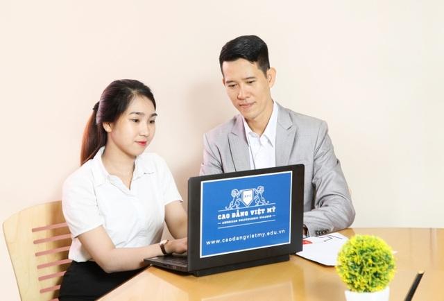 Thạc sĩ Dương Trần Minh Đoàn - Phó Hiệu trưởng Cao đẳng Việt Mỹ trả lời câu hỏi từ độc giả báo điện tử Dân trí.
