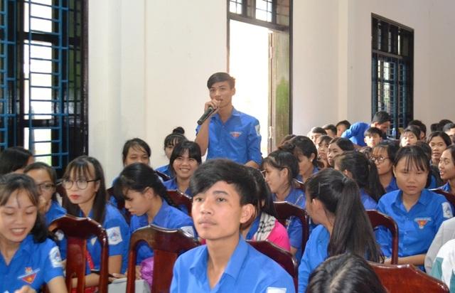 Các thanh niên, học sinh được tư vấn giải đáp thắc mắc về nghề nghiệp, nhu cầu việc làm