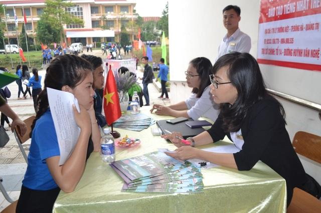 Các thanh niên có nhu cầu xuất khẩu lao động sang các nước cũng được tư vấn