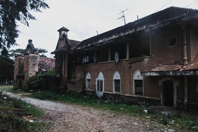 Nét kiến trúc cổ kính, rêu phong của nhà nguyện bỏ hoang thu hút du khách ưa khám phá, mạo hiểm