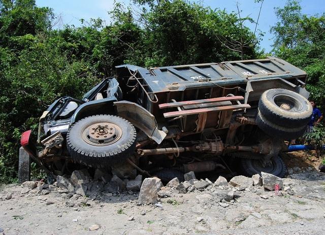 Xe tải xổ dốc tông gãy trụ điện, tài xế tử vong tại chỗ